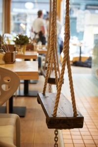 Happy Tosti schommels, impressie van het restaurant in Den Haag